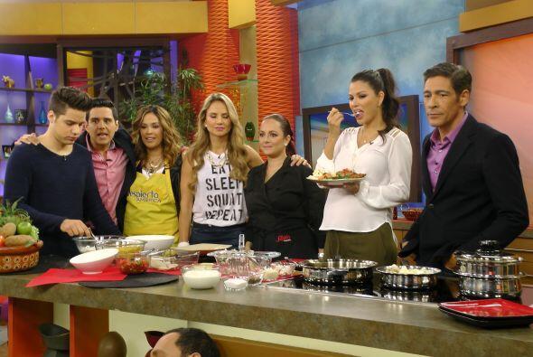 Además, en la cocina, Karla se metió a cocinar Telapias em...