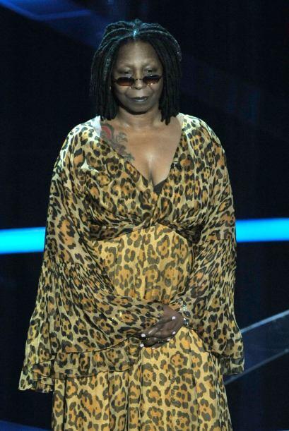 De por sí Whoopi Goldberg no es nada atractiva y los modelitos que lleva...