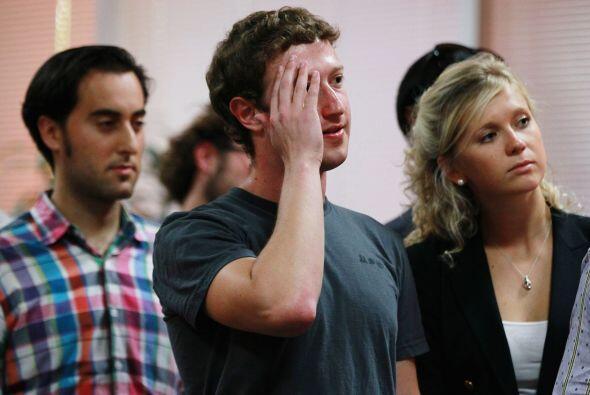 En la película dirigida por David Fincher, Zuckerberg aparece como un jo...