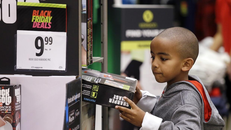 Un niño en una tienda en Seattle durante el conocido como Black Friday.