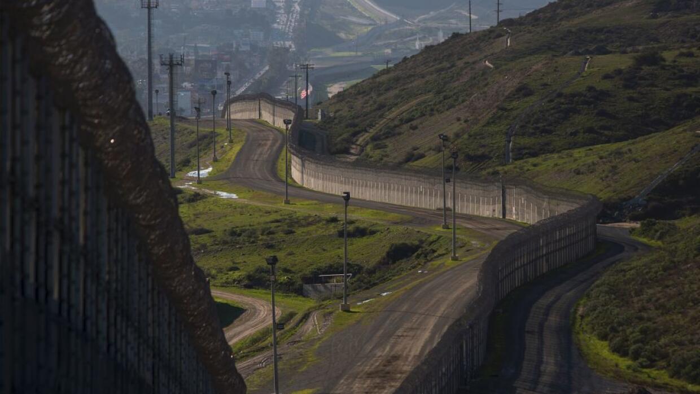 Segmento del muro que divide a México de Estados Unidos en varias partes...