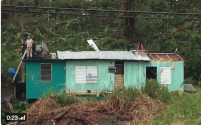 Algunos vecinos salieron a reparar sus techos antes de que cayera la noche.