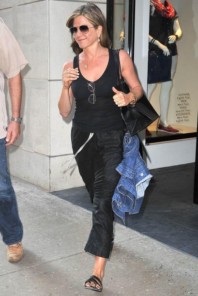 ¡Otra chica de negro fue Jennifer Aniston! Incluso el 'pedicure' f...