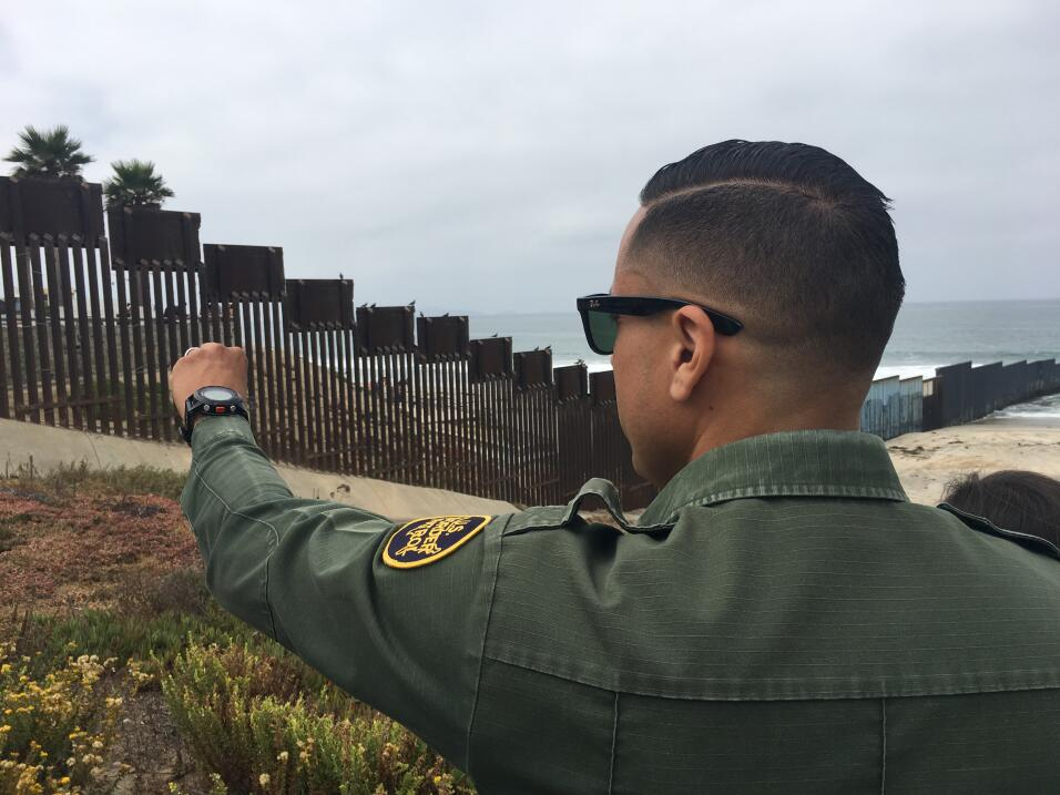 El agente Eduardo Olmos señala la zona cerca del Océano Pa...