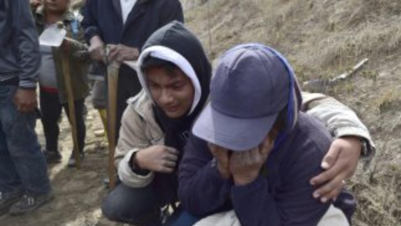 Familiares de las víctimas que fallecieron tras el sismo que sacudió a E...