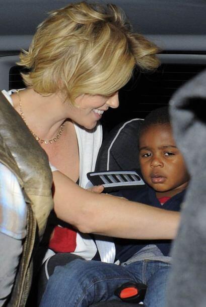 Al final Charlize aseguró bien a Jackson para viajar de nuevo a su hotel...