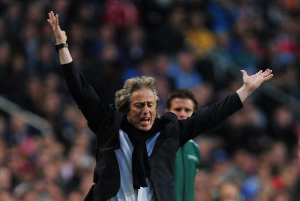 El entrenador de los portugueses, Jorge Jesús, mostraba su molestia.