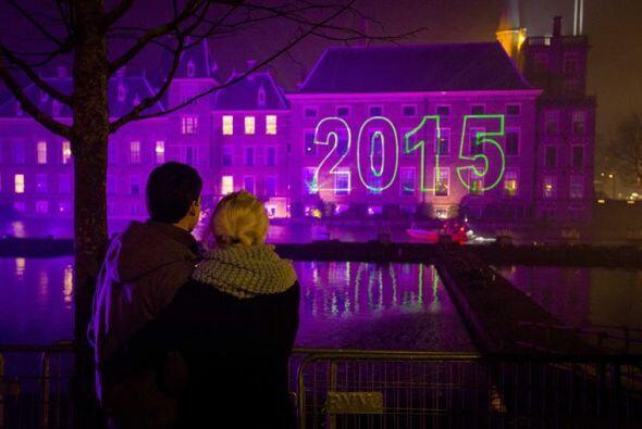 Una pareja observa la iluminación conmemorativa al Año Nuevo en La Haya...