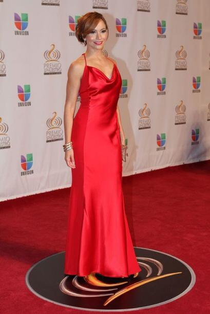 ¡Wow! Satcha Pretto brilló con este vestido rojo satinado.
