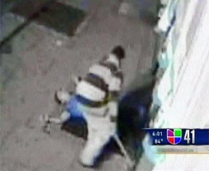 El 17 de abril, un inmigrante mexicano de 23 años fue emboscado cuando s...