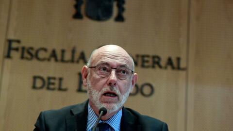 El delito de rebelión está penado en España con has...