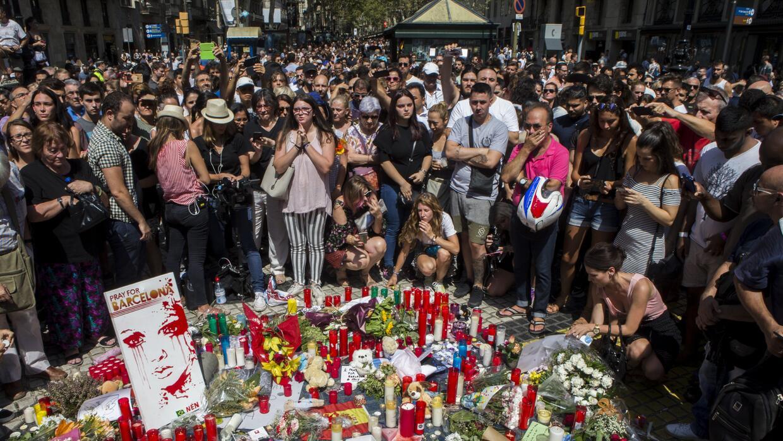 Cientos de ciudadanos se han acercado el viernes en la mañana a L...