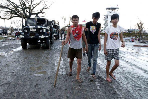 Sin embargo otros tuvieron que caminar para llegar a los albergues.(AP)