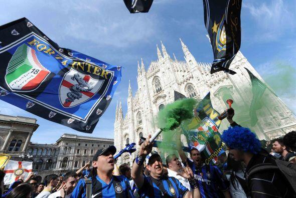 La 'Piazza Duomo' de Milán se vio invadida por miles de aficionados que...