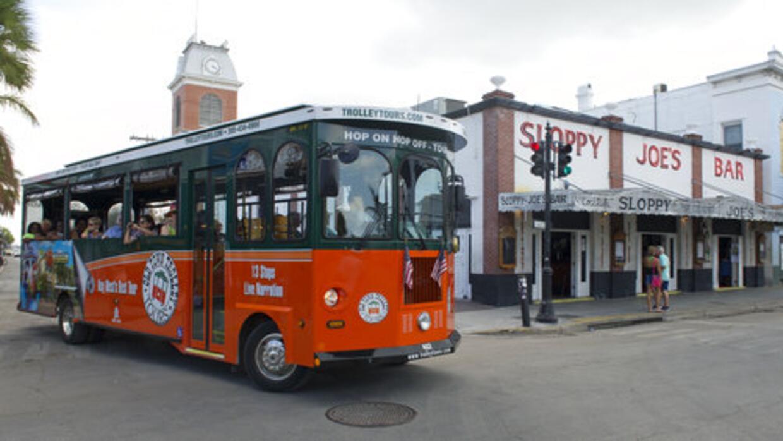 El tranvía Old Town pasea a visitantes cerca del bar Sloppy Joe's. E...