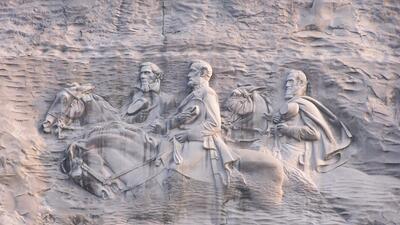 En fotos: El mayor monumento confederado del país nunca podrá ser removido