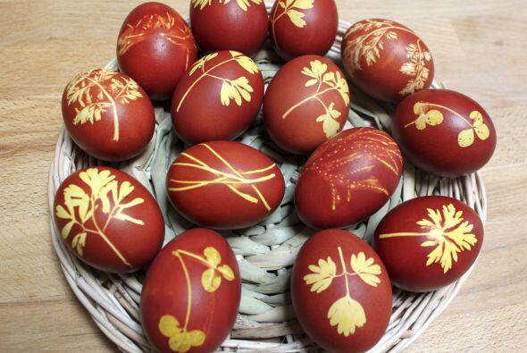 Pinta los huevos de un sólo tono, después coloca una hoja que te agrade...