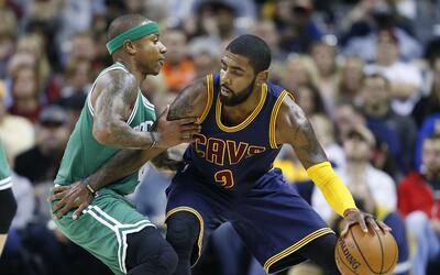 Kyrie Irving (2), de los Cavaliers de Cleveland, enfrenta a Isaiah Thoma...