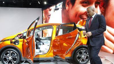El secretario de transporte Anthony Foxx, revisa el nuevo Chevrolet Bolt EV