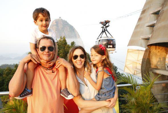 El cantante colombiano comparte junto a su esposa Claudia Elena Vásquez...