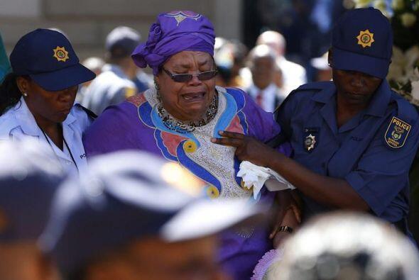 Una mujer llora tras dar su último adiós al expresidente sudafricano Nel...