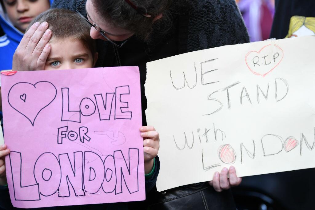 Muchos fueron al centro de Londres a rendir tributo a las víctimas.