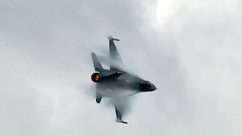 El avión caza Su-30 chino pasó invertido sobre el aparato de EEUU. (Foto...