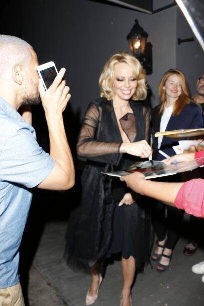 También Pamela firmó unos cuantos autógrafos a la salida del local.