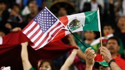 Banderas de Estados Unidos y México entrelazadas