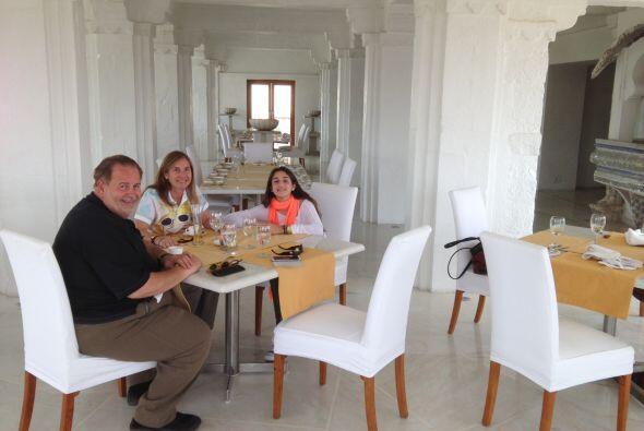 Luego de tanto caminar, Raúl y su familia se dieron una deliciosa merienda.