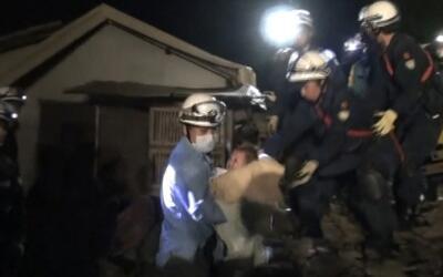 Bebé es rescatada de los escombros en Japón