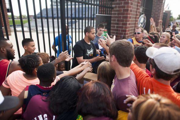 Lo seguidores de los Cavs, portaron jerseys del equipo y de LeBron James...
