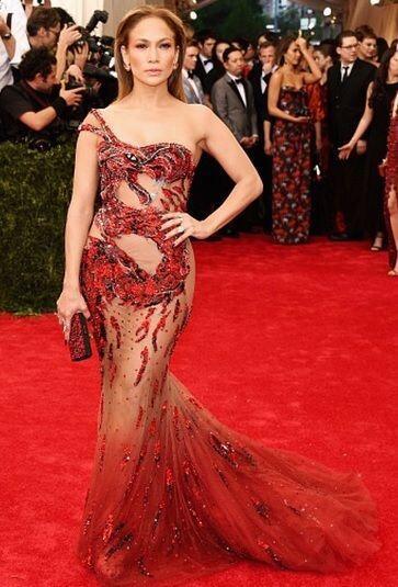 Medios internacionales reportaron que para lucir ese modelito de Versace...
