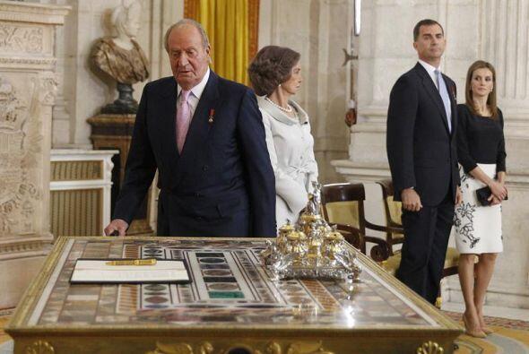 El  Rey   Juan   Carlos , en presencia de la Reina Sofía y los Príncipes...