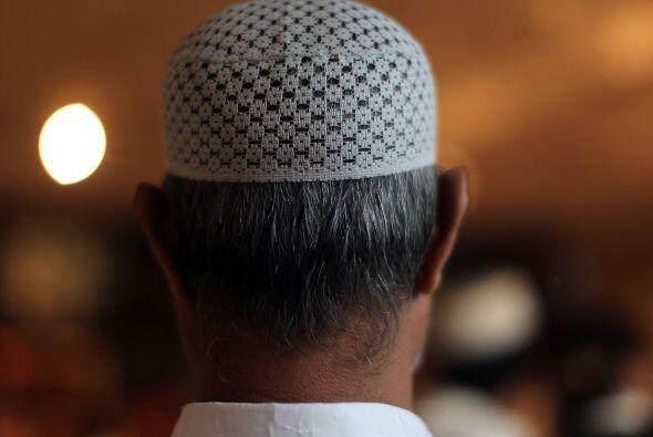 Una persona se convierte al Islam durante una ceremonia en la que expres...
