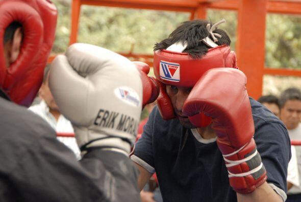 Primero a soltar guantes con el sparring.