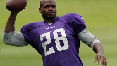 El jugador de la NFL enfrenta cargos por presuntamente lastimar a un men...