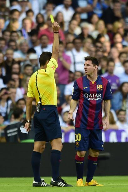 La primera amarilla fue para Messi por una dura entrada.