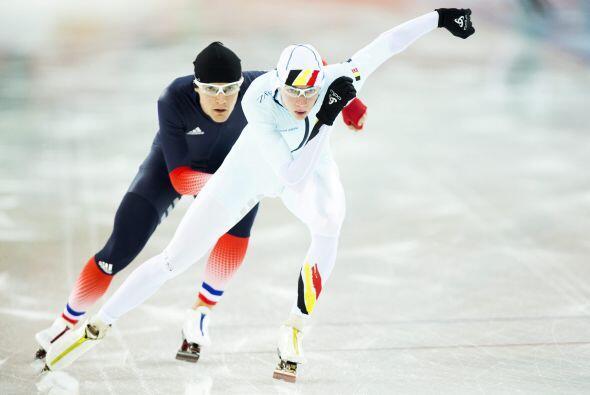 El belga Bart Swings (primer plano) durante el entrenamiento del patinaj...