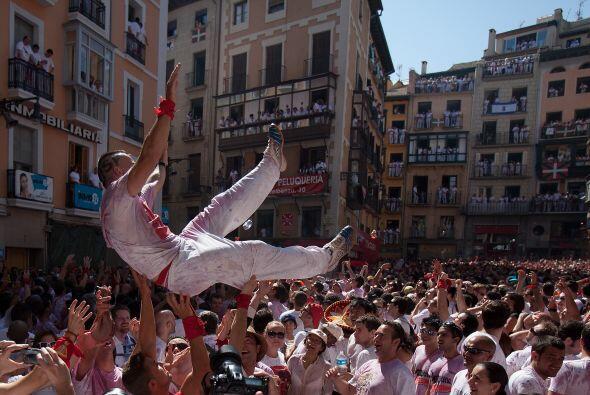 La fiesta religiosa se mezcla con la bulla de los toros. Miles de turist...