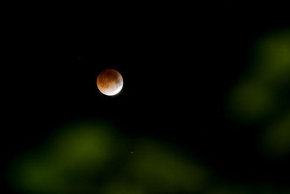 Así lució la luna roja en El Salvador.