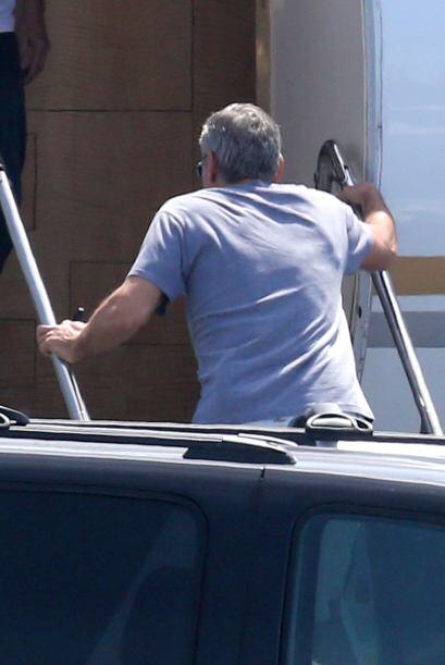 Pero el actor se veía muy feliz al subir al jet privado. Más videos de C...