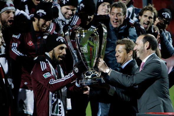 El comisionado de la MLS, Don Garber, presentó el trofeo Philip F. Ansch...