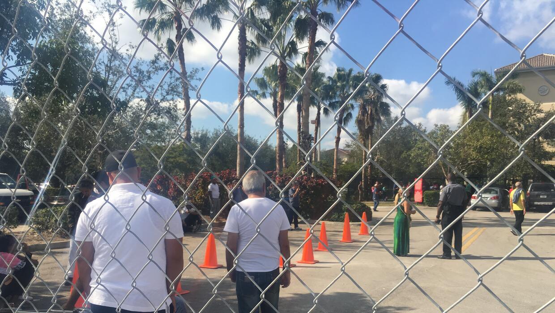 Decenas de cubanos con orden de deportación aguardan para ser atendidos...