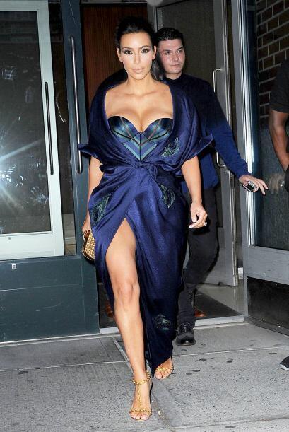 Con este vestido azul la celebridad dejo ver un poco más de sus encantos.