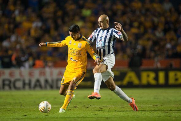 Ariel Nahuelpán tuvo oportunidades aisladas al frente con remates de cab...
