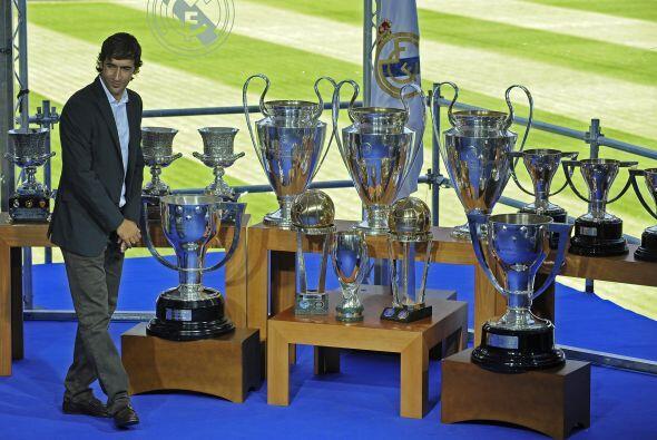 Incluso posó con todos los trofeos que ganó durante casi dos décadas com...