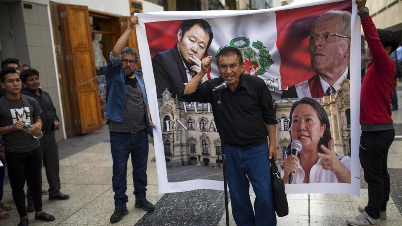 Un critica a los políticos peruanos minutos después de que el presidente...