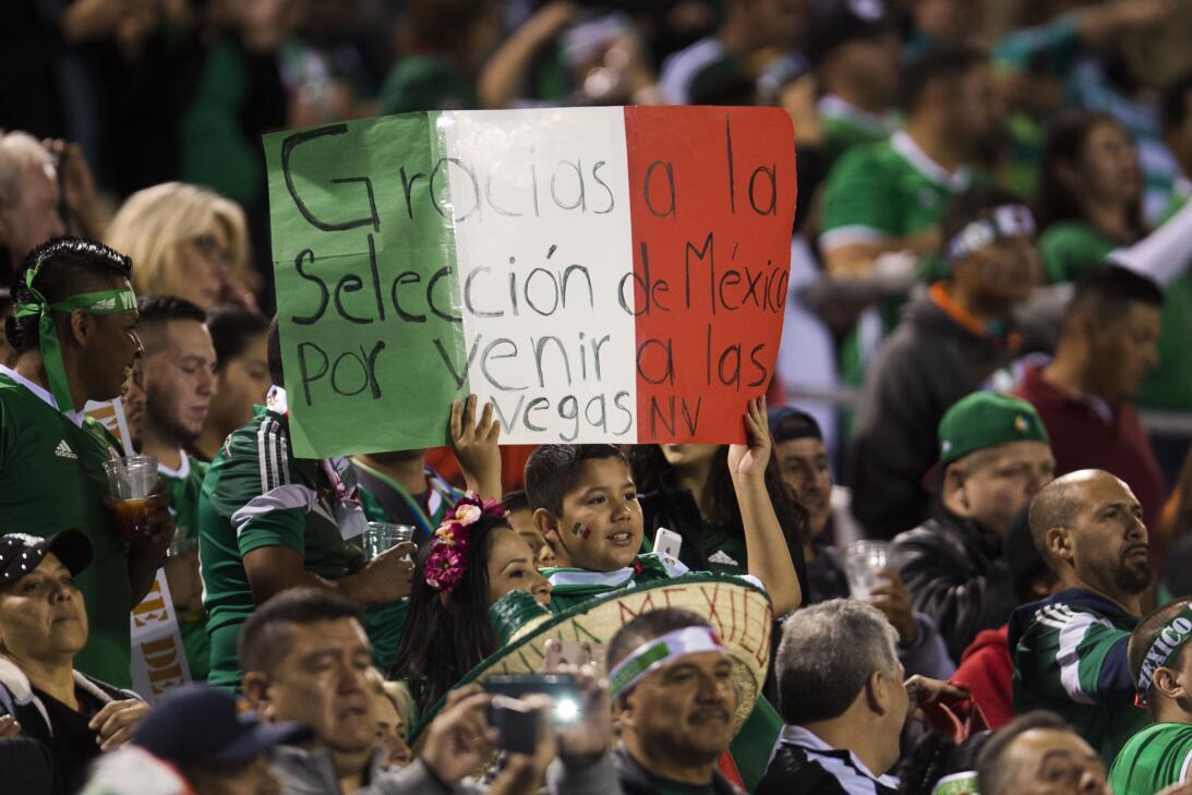 La fiesta de los mexicanos en el partido contra Islandia 20170208_2137.jpg