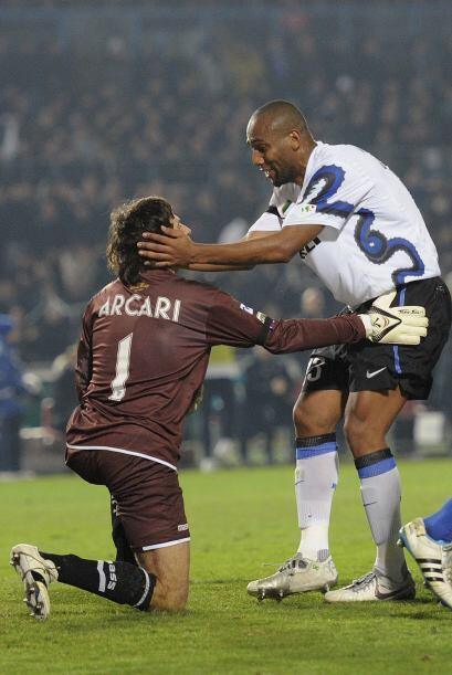 El brasileño Maicón y el portero Arcari se hicieron unos 'mimitos'.